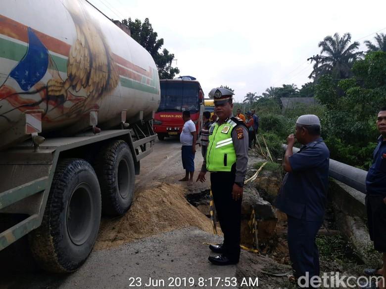 Jalan Ambles di Kampar Riau Sudah Ditimbun Tanah, Lalin Lancar