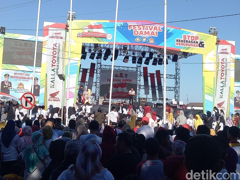 Millenial Road Safety Festival di Makassar. Foto: Ibnu Munsir