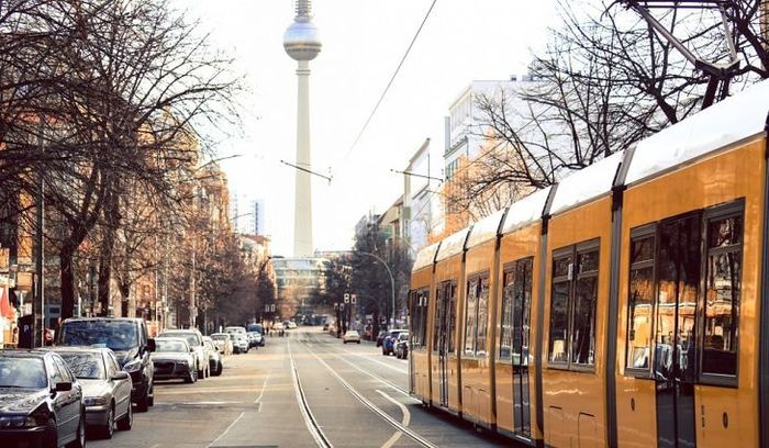 Berlin, Ibu kota Jerman ini mempunyai sistem transportasi publik terbaik di dunia, terutama sistem metronya. Meskipun di jam-jam sibuk atau peak hour, headway (jadwal kedatangan kereta) tak lebih dari 5 menit. Istimewa./worldatlas.com