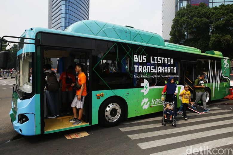 PT Transportasi Jakarta mengadakan sosialisasi bus listrik dalam kegiatan car free day (CFD) di Bundaran HI, Jakarta.