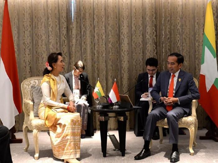 Presiden Jokowi bertemu pemimpin Myanmar Aung San Suu Kyi di Bangkok, Thailand. (Foto: Kris - Biro Pers Sekretariat Presiden)