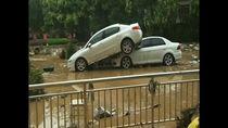Banjir di China: 4 Orang Hilang, Mobil-mobil Berantakan
