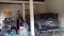 Dua Mobil Tabrakan Lalu Masuk Warung Makan di Jombang