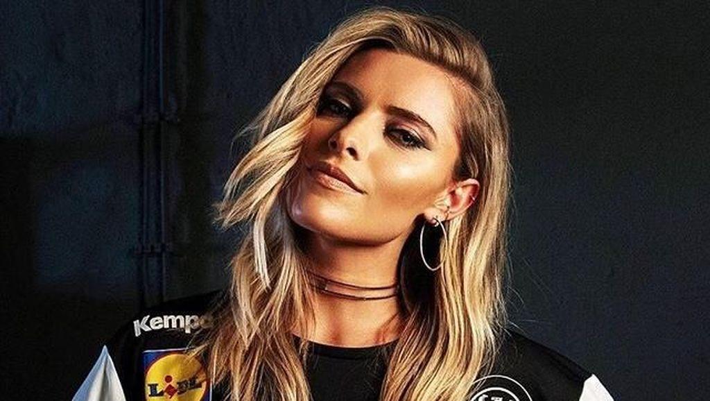 Pesona Model Seksi Pacar Kiper Jerman Karius yang Jadi Korban Vandalisme