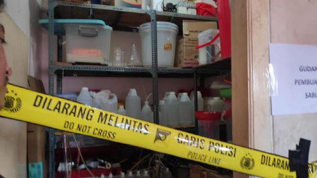 Sejumlah bahan baku dan peralatan untuk membuat sabu ditemukan di rumah tersebut.