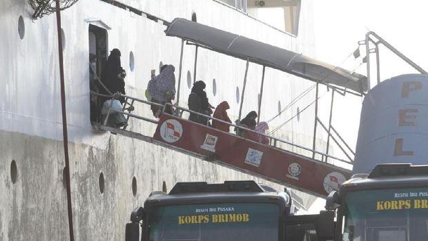 Para keluarga terduga teroris dari Kalteng tiba di Pelabuhan Tanjung Emas, Semarang.