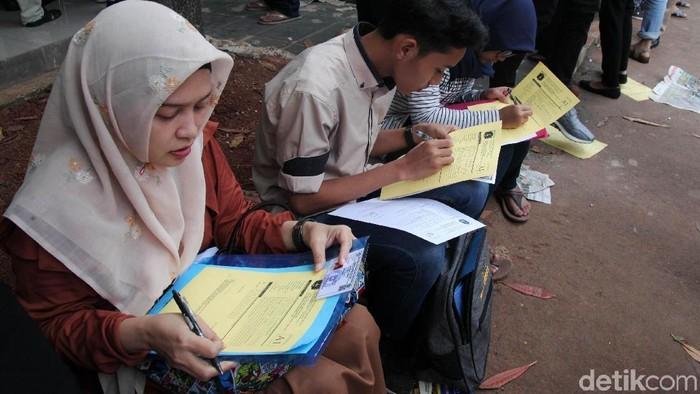 Pendaftaran Penerimaan Peserta Didik Baru (PPDB) DKI Jalur Zonasi untuk SMP dan SMA hari ini. SMAN 34 Jakarta menjadi sekolah favorit yang diserbu warga.