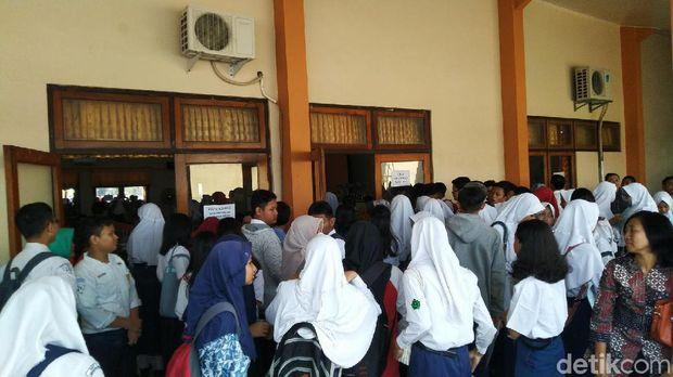 Suana pengambilan token akun pendaftaran di SMAN 2 Semarang.