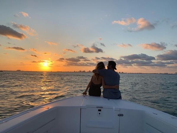 Alvaro Morata, penyerang Atletico Madrid yang dipinjam dari Chelsea menikmati sunset di Florida bersama istrinya (Instagram/alvaromorata)