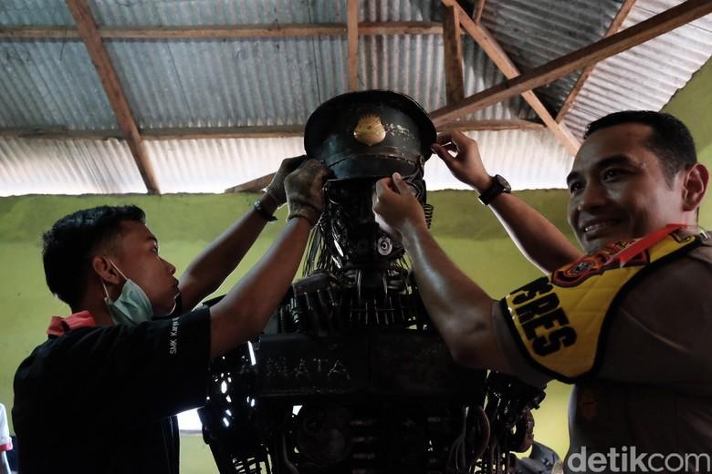 Siswa di Karawang Buat Robot Polisi Gendong Anak dari Barang Bekas