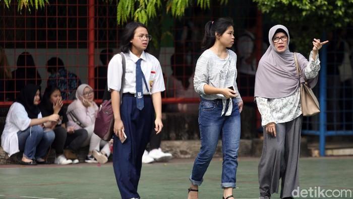Sejumlah orang tua murid mendatangi SMAN 8 Jakarta untuk mendaftar PPDB DKI 2019 Jalur Zonasi. Tak sedikit dari mereka yang telah mengantre sejak pagi.