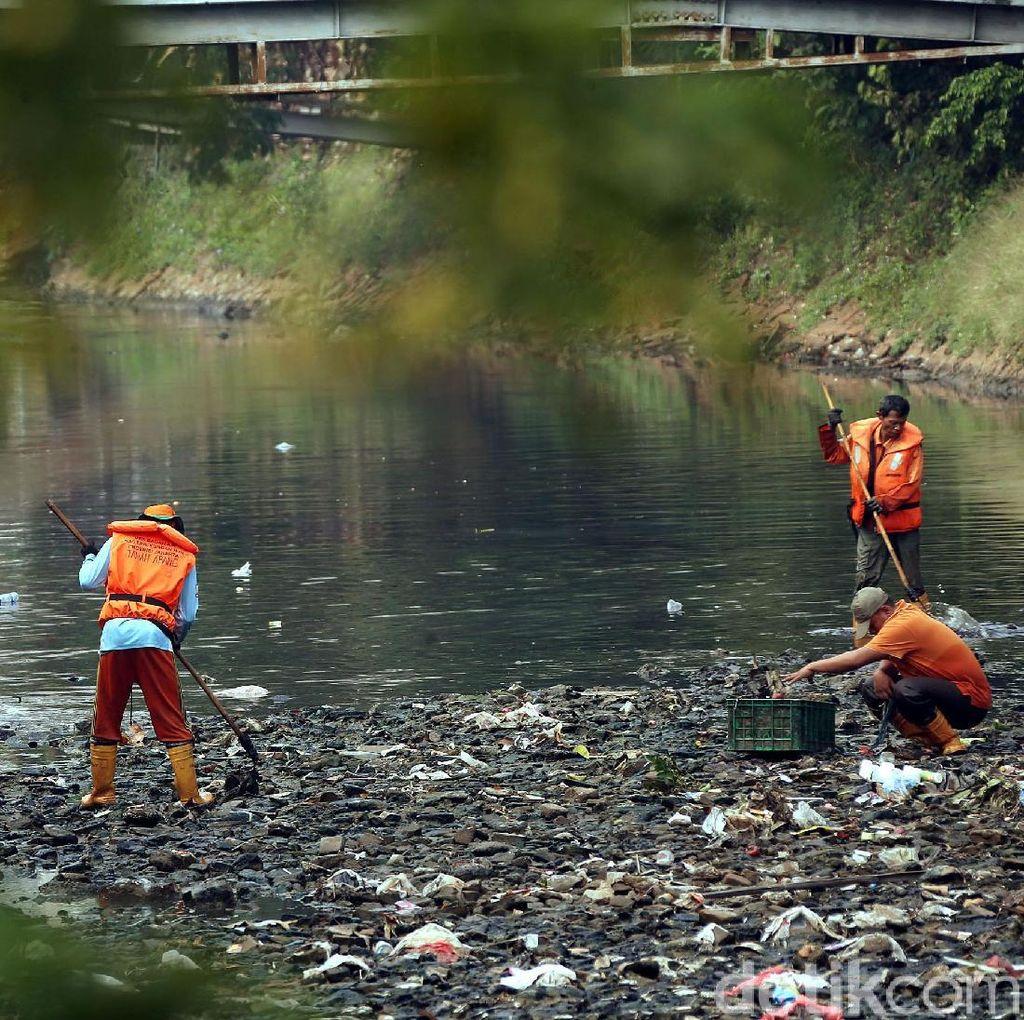 Aksi Pasukan Oranye Bersihkan Sampah di Kali Mati