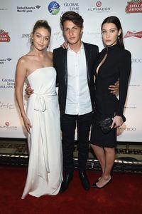 Anwar Hadid beserta kedua kakaknya, Gigi dan Bella.