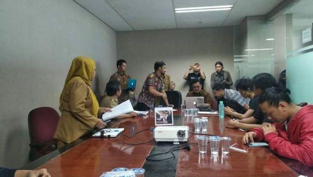 Koalisi Selamatkan Teluk Jakarta (KSTJ) saat audiensi dengan Pemprov DKI yang diwakili TGUPP