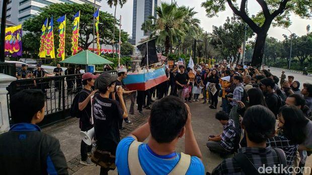 Massa Aksi di Depan Balai Kota