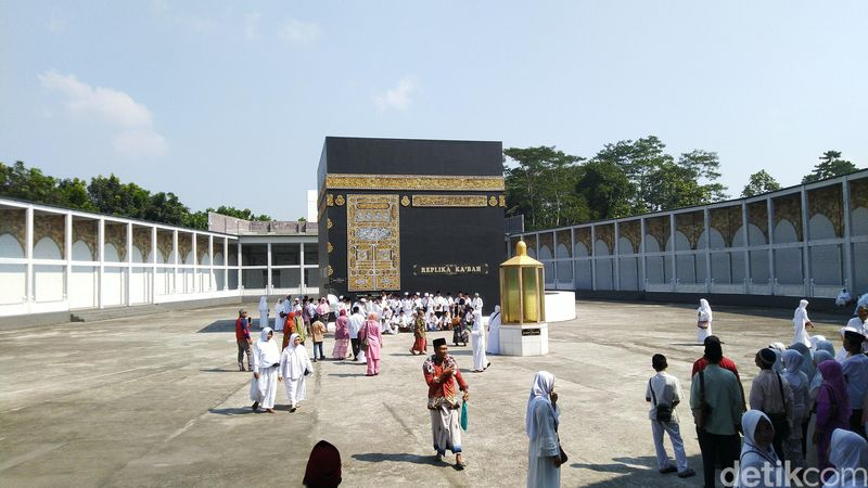 Kota Semarang ternyata memiliki tempat wisata religi yang membuat pengunjungnya berasa berhaji atau umrah. Lokasi itu berisi lengkap replika tempat haji termasuk tiruan Kabah. (Angling/detikcom)