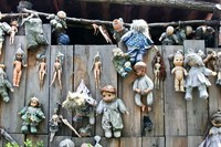 Cerita terus berkembang dan belakangan ada pula kisah berbau horor bahwa boneka-boneka yang dipasang di pulau Isla de las Munecas telah dirasuki oleh arwah anak yang tewas tenggelam. (Foto: Dok. www.isladelasmunecas.com)