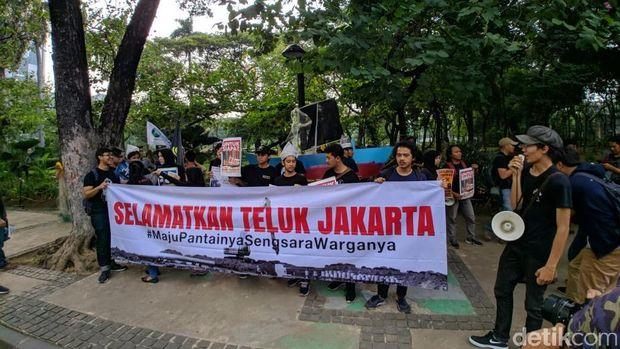 Tolak IMB Reklamasi, Massa Aksi Jalan Mundur ke Balai Kota DKI