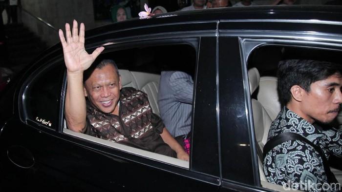 Penyidik polisi mengabulkan penangguhan penahanan Eggi Sudjana. Ini foto-foto momennya saat keluar dari rutan Polda Metro Jaya.