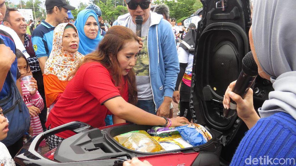 Emak-emak Ini Kaget FreeGo Bisa Angkut Beras 10 Kg di Bagasi