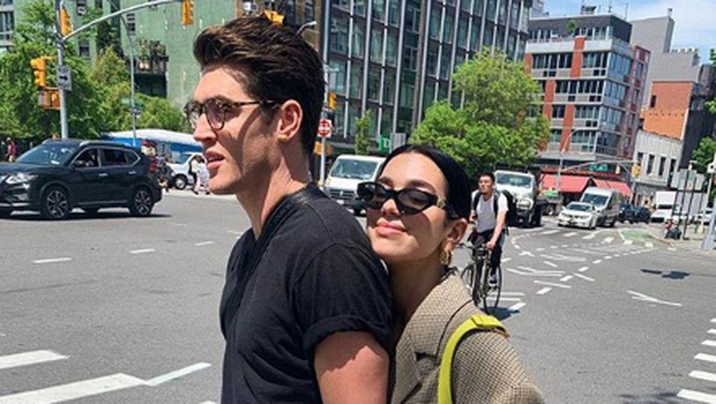 Makin Mesra, Dua Lipa dan Anwar Hadid Kepergok Ciuman di Malibu