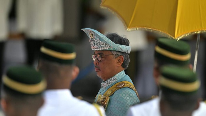 The incoming 16th King of Malaysia, the sixth Sultan of Pahang, Al-Sultan Abdullah Riayatuddin Al-Mustafa Billah Shah Ibni Sultan Ahmad Shah Al-Mustain Billah inpects the guard of honour during the welcoming ceremony at the Parliament House in Kuala Lumpur on January 31, 2019. (Photo by MOHD RASFAN / AFP)
