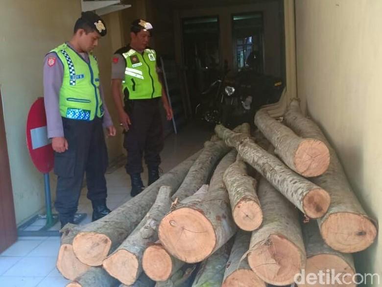 Dua Pelaku Pembalakan Kayu Hutan Ditangkap