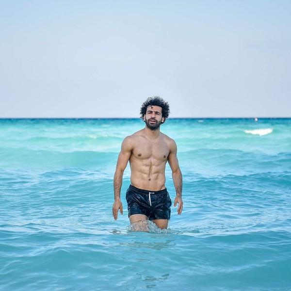 Mohamed Salah, ujung tombak Liverpool baru-baru ini mengisi liburannya dengan main-main di pantai sampai memancing. Tidak disebutkan di mana lokasinya (Instagram/mosalah)