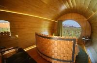 Bentuknya seperti tong yang biasa digunakan untuk menyimpan wine. Di bagian belakangnya, ada jendela kaca yang menampilkan pemandangan indah kebun anggur. (booking.com)