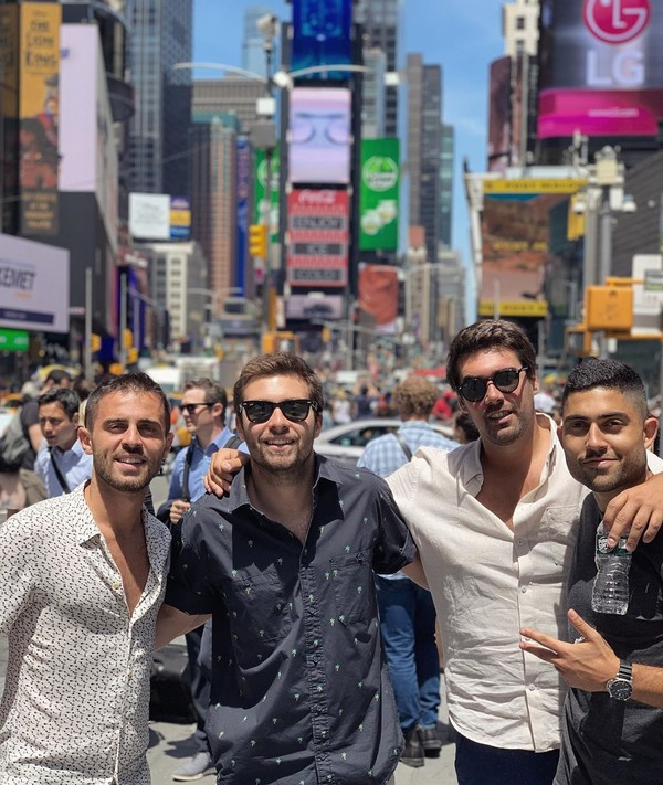 Bernardo Silva (paling kiri) yang juga pemain Manchester City, asyik jalan-jalan berkeliling Negeri Paman Sam, AS. Ini fotonya di Times Square, New York (Instagram/bernardocarvalhosilva)