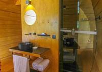 Kamar yang terbuat dari kayu ini juga dilengkapi kamar mandi yang nyaman. Ada juga AC dan WiFi biar traveler tetap bisa update media sosial. (booking.com)