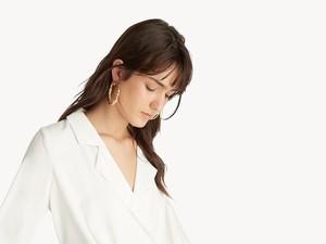 8 Pilihan Blus Putih Cantik yang Bisa Dipakai Kerja Sekaligus Hangout