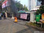 Bakar Ban, Massa Pasang Spanduk Anies = Ahok di Balai Kota