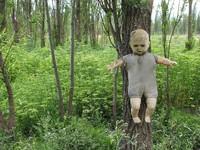 Alkisah, untuk mengenang dan menghormati anak yang tewas itu boneka pun mulai dipasang di sana. Ada pula spekulasi bahwa pemasangan boneka terus bertambah demi menyenagkan arwah si bocah. (Foto: Dok. www.isladelasmunecas.com)