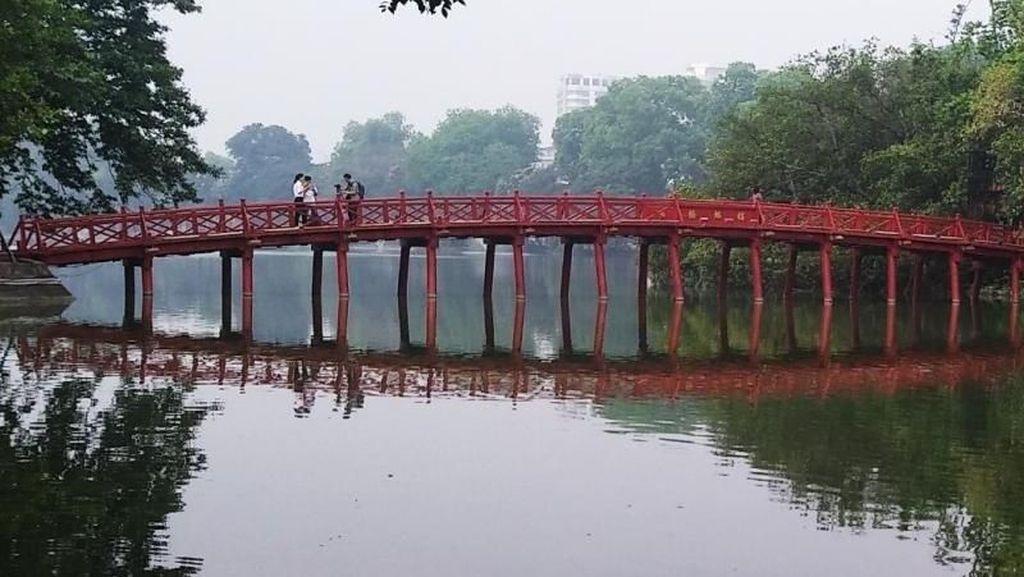 Bersantai di Danau Hoan Kiem Kota Hanoi Nan Damai