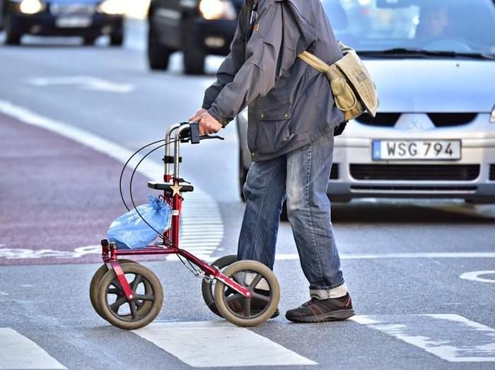 Ilustrasi pria tua menyebrangi jalan. Foto: dok. iStock