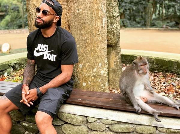 Alex Lacazette penyerang Arsenal asyik berpose bersama seekor monyet. Kabarnya, foto ini diambil di Bali (Instagram/lacazettealex)