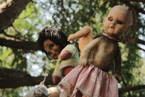 Eksistensi Pulau Boneka ini juga misterius. Konon di tahun 1950-an ada seorang anak yang tewas tenggelam di sana. Jasadnya ditemukan di samping sebuah boneka.(Foto: Dok. www.isladelasmunecas.com)