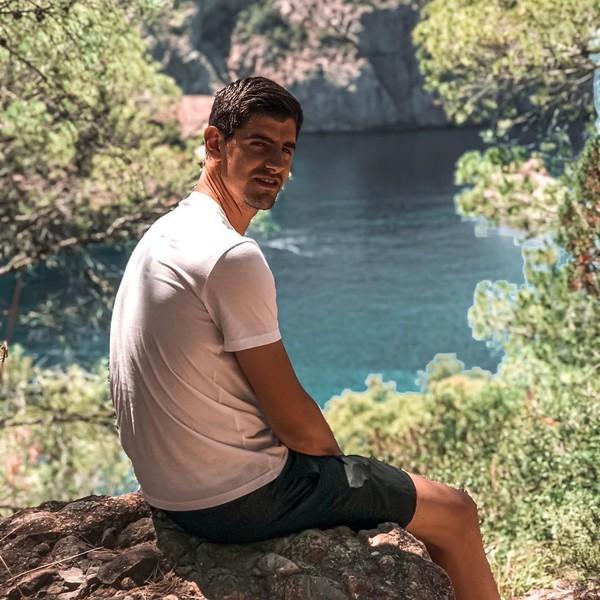 Thibaut Courtois, kiper Real Madrid hobi adventure. Dia pun bertualang ke Ibiza, menjelajahi alamnya (Instagram/thibautcourtois)