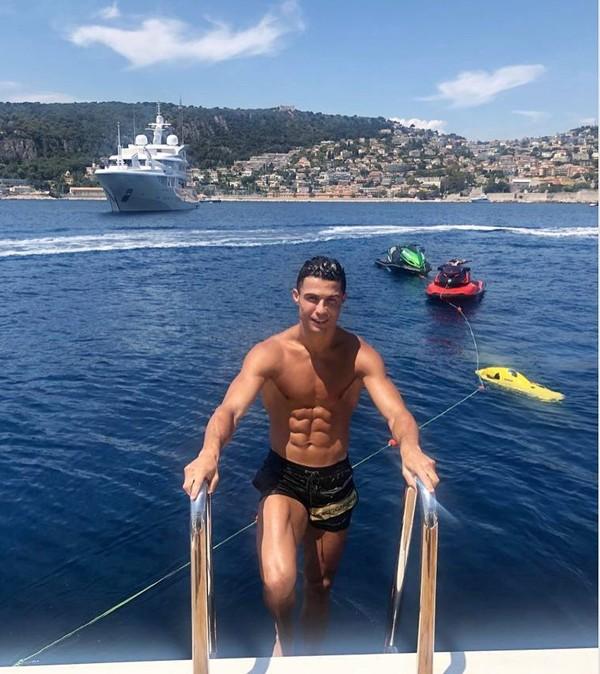 Cristiano Ronaldo, bintang Juventus menyewa kapal yacht mewah seharga Rp 2 M di kawasan selatan Prancis. CR7 pun seru-seruan bareng keluarga (Instagram/cristiano)
