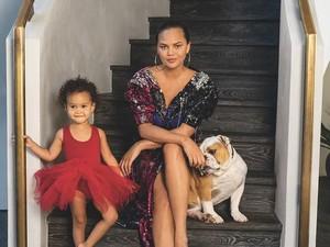 Dulu Susah Hamil, Chrissy Teigen Tak Mau Buru-buru Tambah Anak ke-3