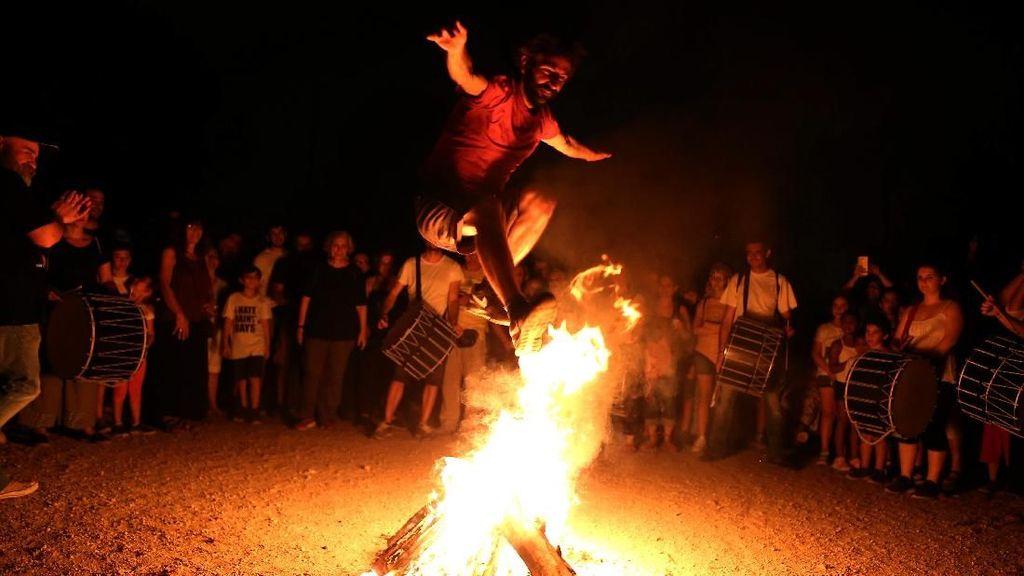 Potret Kemeriahaan Festival Lompat Api di Yunani