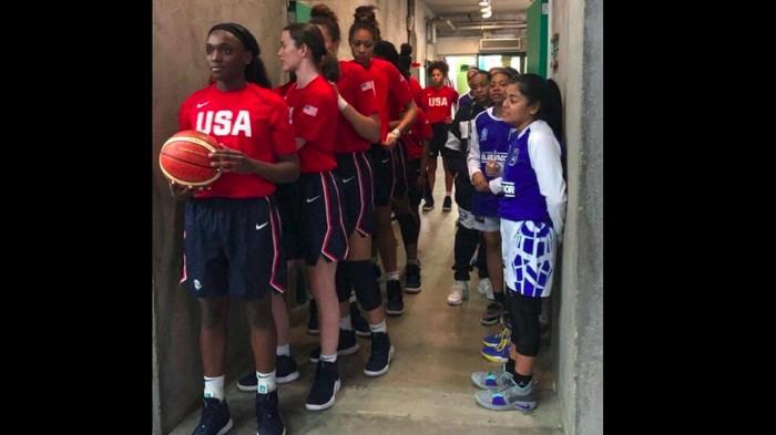 Menurut deskripsinya foto berikut menunjukkan tim basket U-16 dari Amerika Serikat (AS) dan El Salvador. Netizen berdebat mengapa ada beda tinggi mencolok.Foto: Tangkapan layar Twitter
