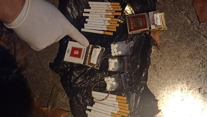 Pil putih diduga narkoba ditemukan dalam bungkus rokok dekat Lapas Tabanan, Bali. (Foto: Dok. Istimewa)