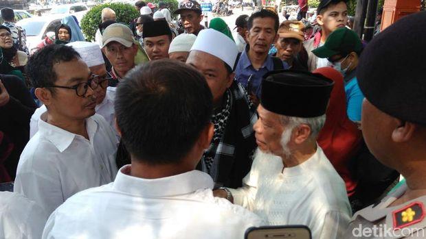 Massa berdiskusi dengan polisi terkait pelaksanaan aksi