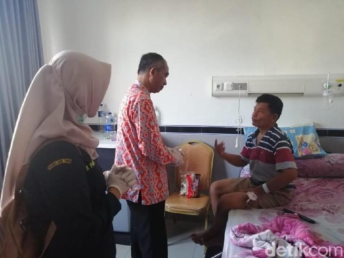 Penderita hepatitis A di Pacitan dirawat (Foto: Purwo Sumodiharjo)