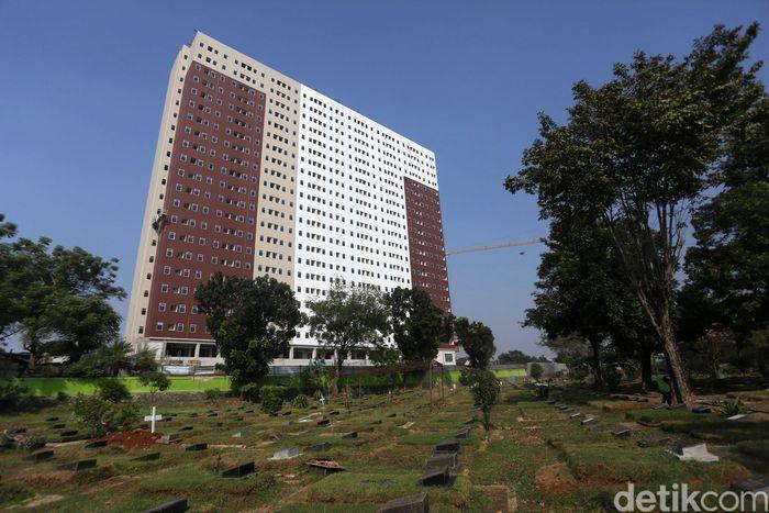 Para pekerja melakukan proses pembangunan rumah DP Rp 0 di Pondok Kelapa, Jakarta Timur, Rabu (25/6/2019).