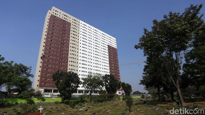 Pekerja melakukan proses pembangunan rumah susun milik  Dp 0 Klapa Village di Jakarta Timur, Rabu (25/6/2019). Saat ini, progres rumah yang jadi salah satu janji kampanye Gubernur DKI Jakarta Anies Baswedan itu hampir mencapai 90%.