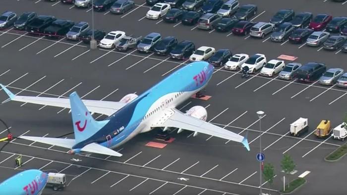 Penampakan Boeing di parkiran mobil di pabrik Boeing di Renton, Washington