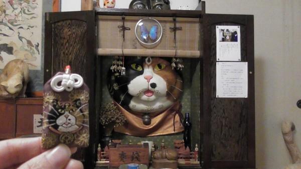 Terdapat lebih 600 patung kucing yang tersebar di kawasan kuil. (Unjrinji/Facebook)